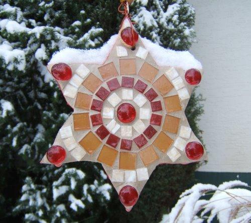 Weihnachtsdeko im Schnee