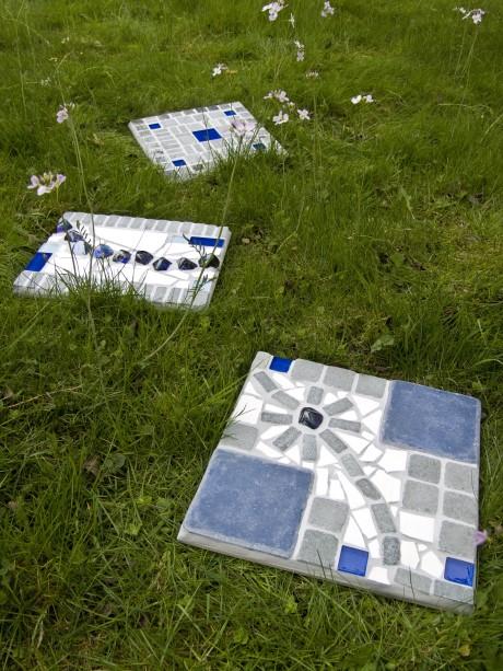 blaue Mosaik Gartenplatten
