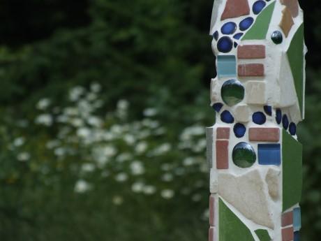 Mosaiksäule im Garten