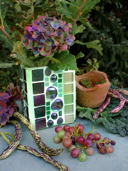 Herbstdeko mit Hortensien und grünem Mosaik Windlicht