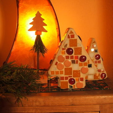 Adventsdekoration und Mosaike in Orange