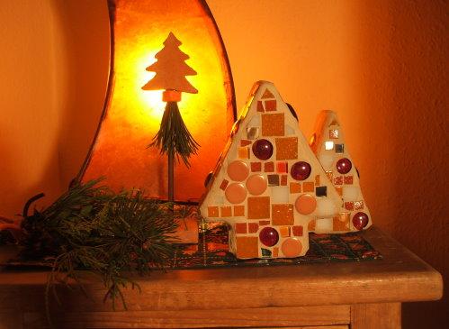 Adventsdekoration und Mosaike in Orange