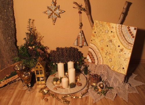 Adventsdekoration und Mosaike in Gold