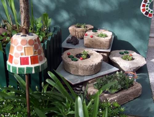 Betontoepfe im Garten