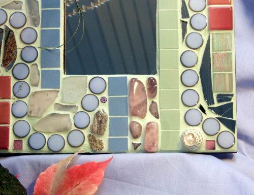Mosaikspiegel in rosa und hellblau