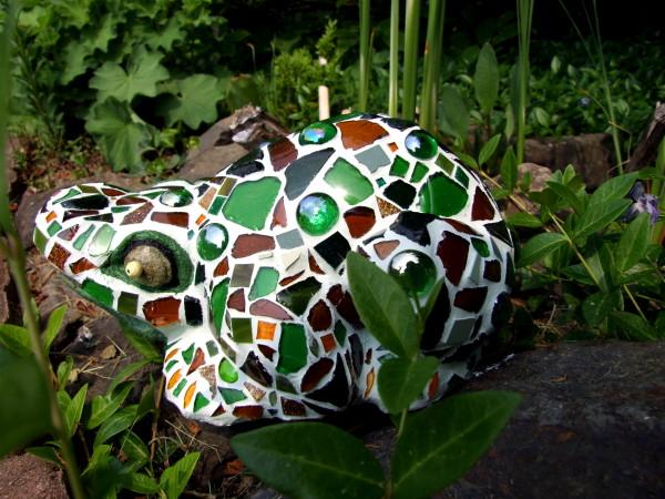 Mosaikfrosch im garten