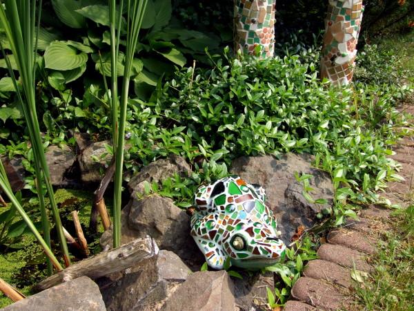 Mosaikfrosch am gartentuempel