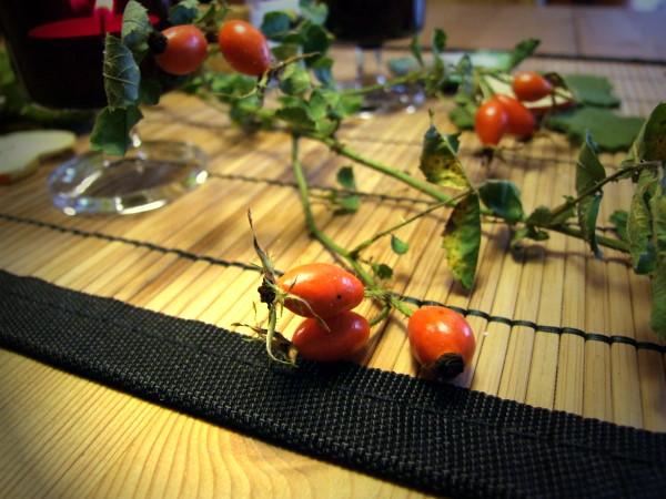 Tischschmuck mit Hagebutten