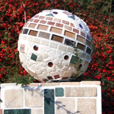 Mosaikkugel im Garten