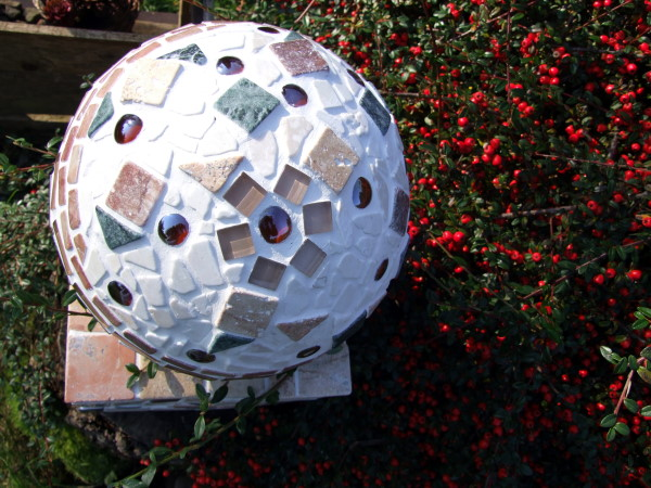 Mosaikkugel aus Marmor und Glas