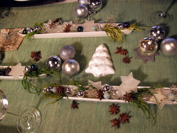 weihnachtsdeko mit silberkugeln