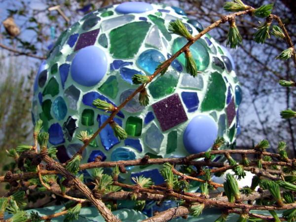 blaues Mosaik Windlicht im Garten