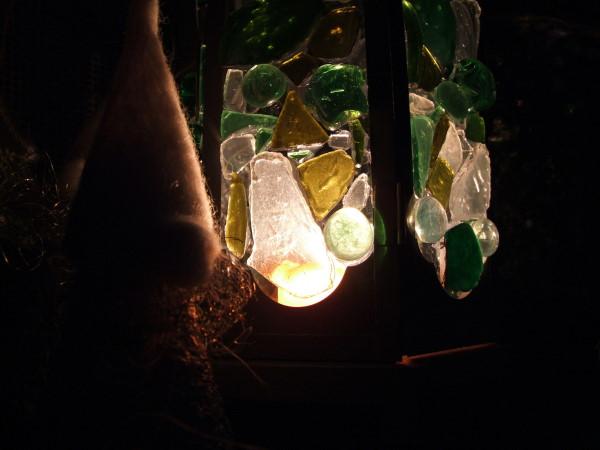 Leuchtendes Windlicht in der Dunkelheit