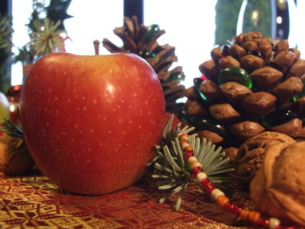 Tischdeko für Weihnachten mit Äpfeln und zapfen