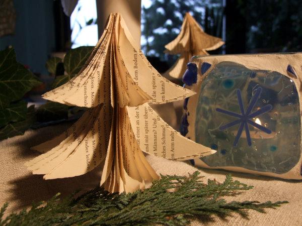 Weihnachtsdeko mit Papier Tannenbäumen