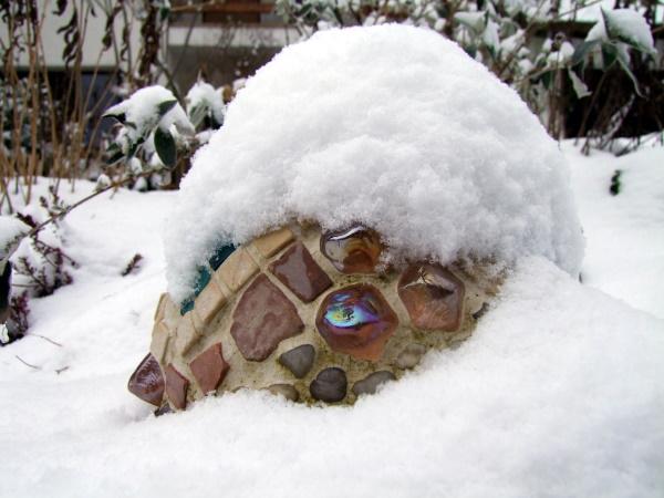 Mosaikkugel im Schnee