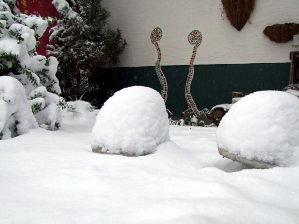Gartendeko aus Beton im Schnee