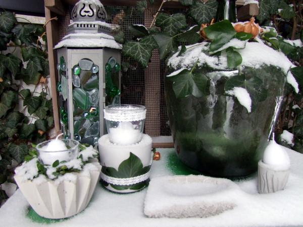 selbstgemachte Gartendeko aus Beton im Schnee