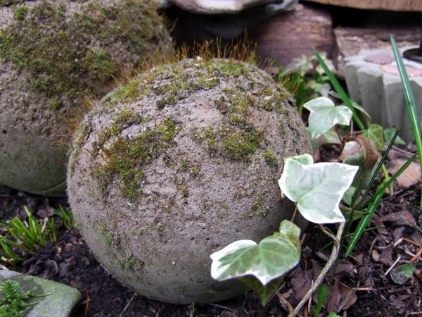 Betonkugeln im Garten