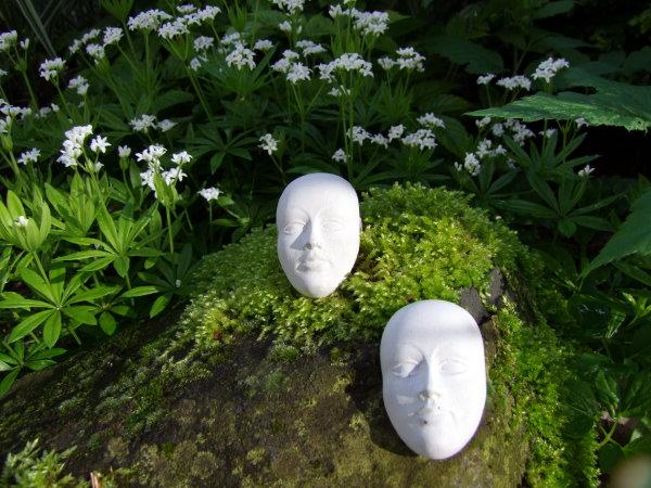 Beton Masken im Garten