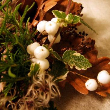 herbstkranz mit Schneebeeren und Kastanien