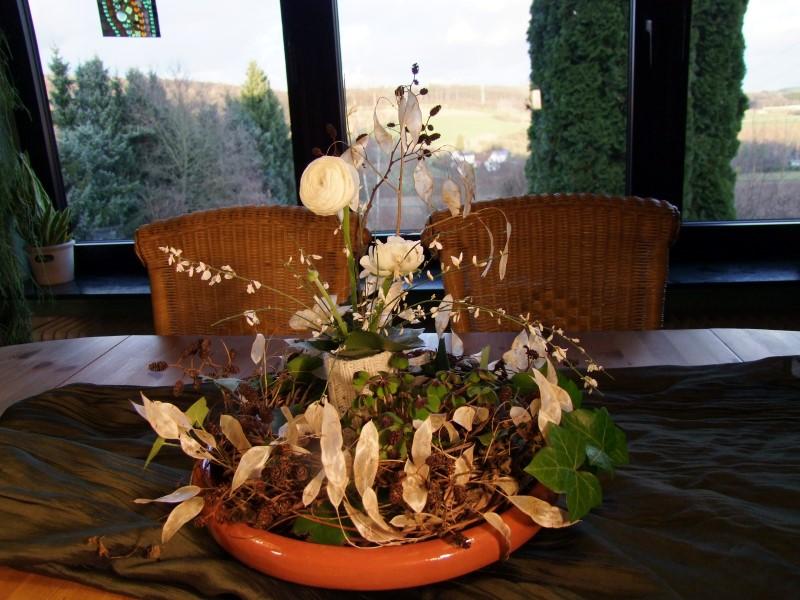 Tischdeko mit weißen Ranunkeln
