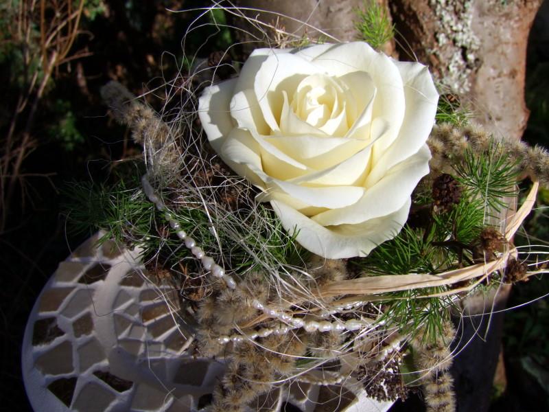 Kleine Tischdeko mit weißer Rose