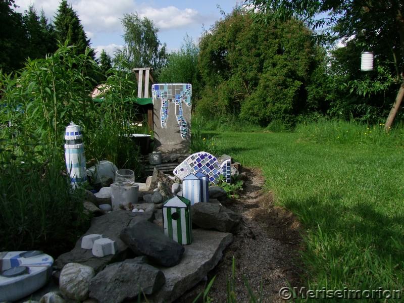 Der Beton und Mosaik Garten im Mai
