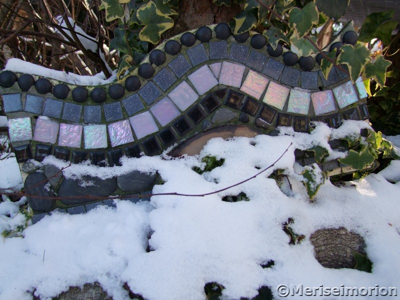 Schnee im Beton und Mosaik Garten