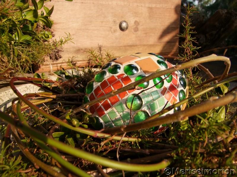 Mosaik Osterei im Garten