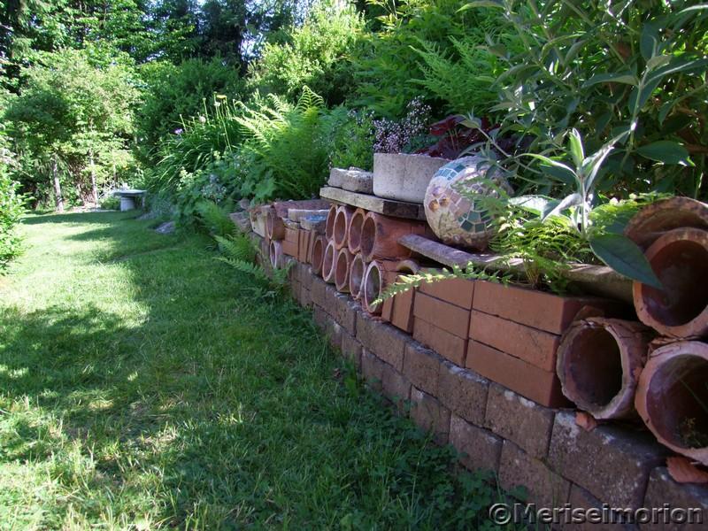 Gartenmauer aus altem Baumaterial
