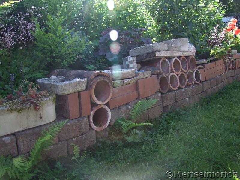 Gartenmauer aus recyceltem Baumaterial