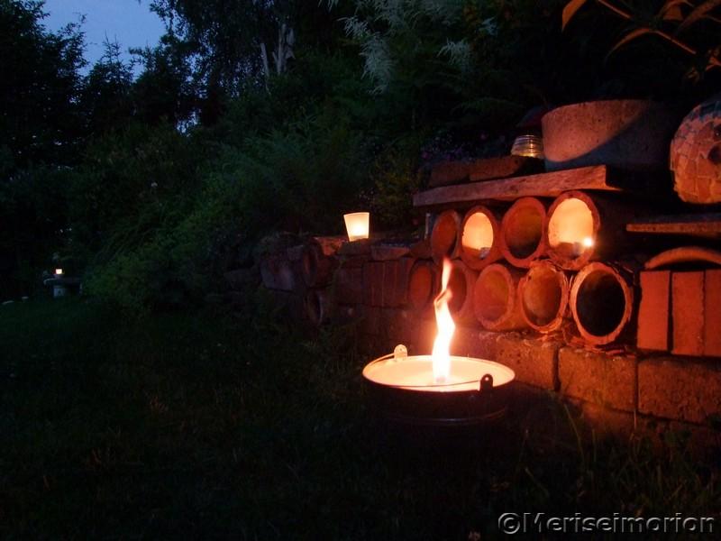 Gartenmauer mit Kerzenlicht