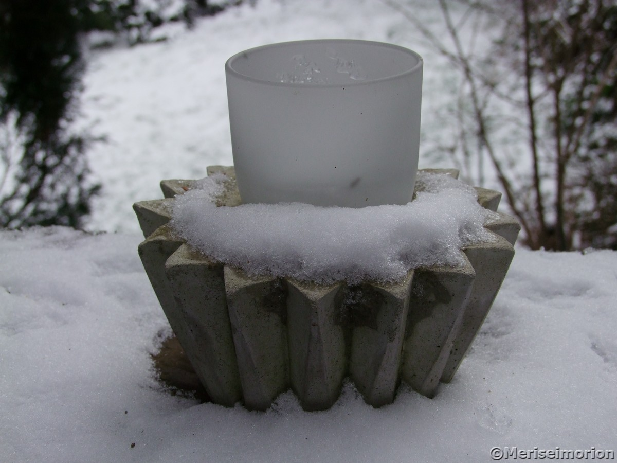 Betontopf im Schnee