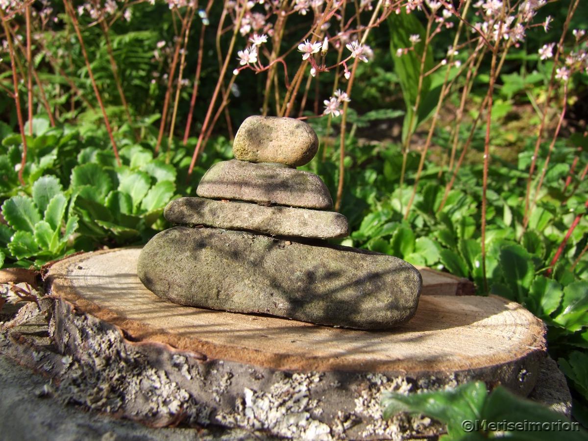 Steintürmchen im Garten