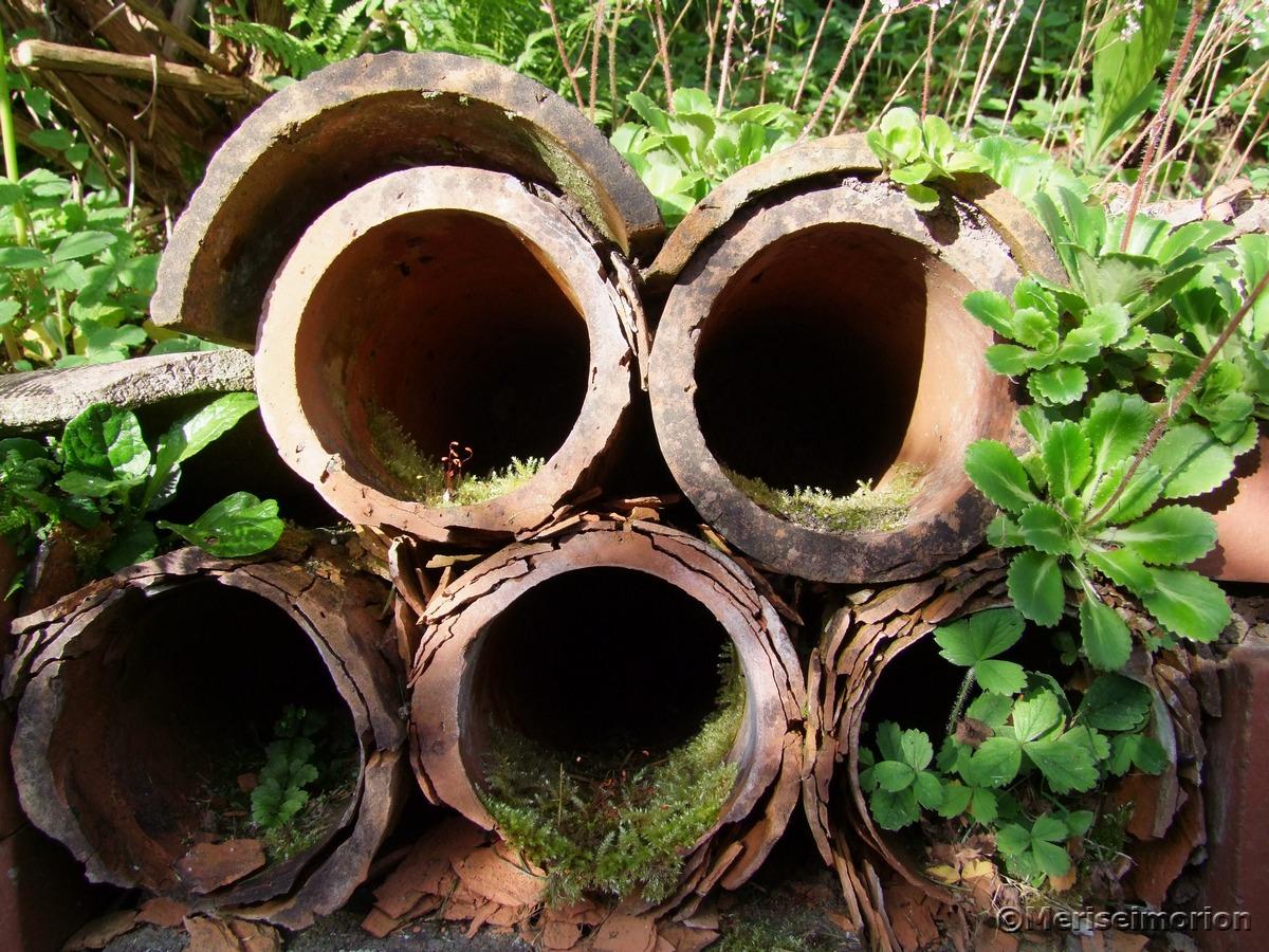 Trockenmauer aus Tonröhren