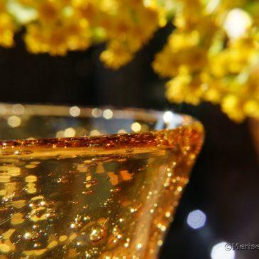 Goldrute und gelbes Glas
