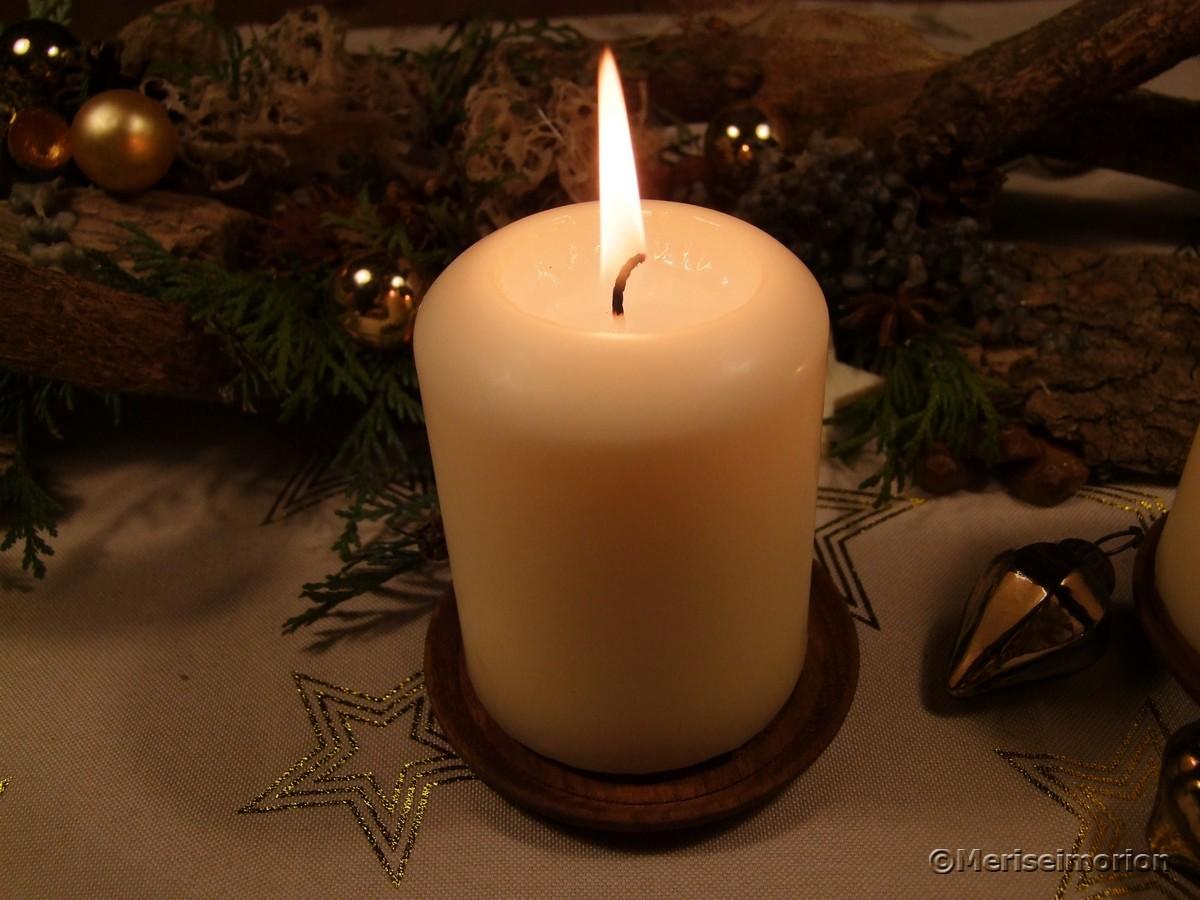 erste Adventskerze brennt
