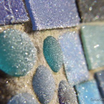 Mosaike im Garten mit Raureif