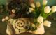 Frühlingsdeko mit Tulpen und Federn