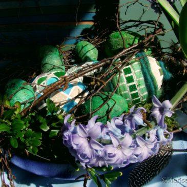 Mosaik Ostereier, Betoneier und blaue Hyazinthen