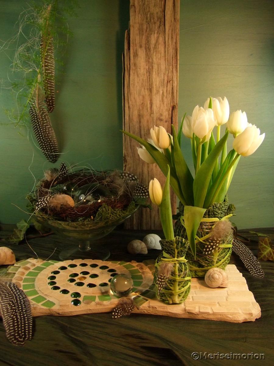 Tischdeko mit Tulpen und Federn