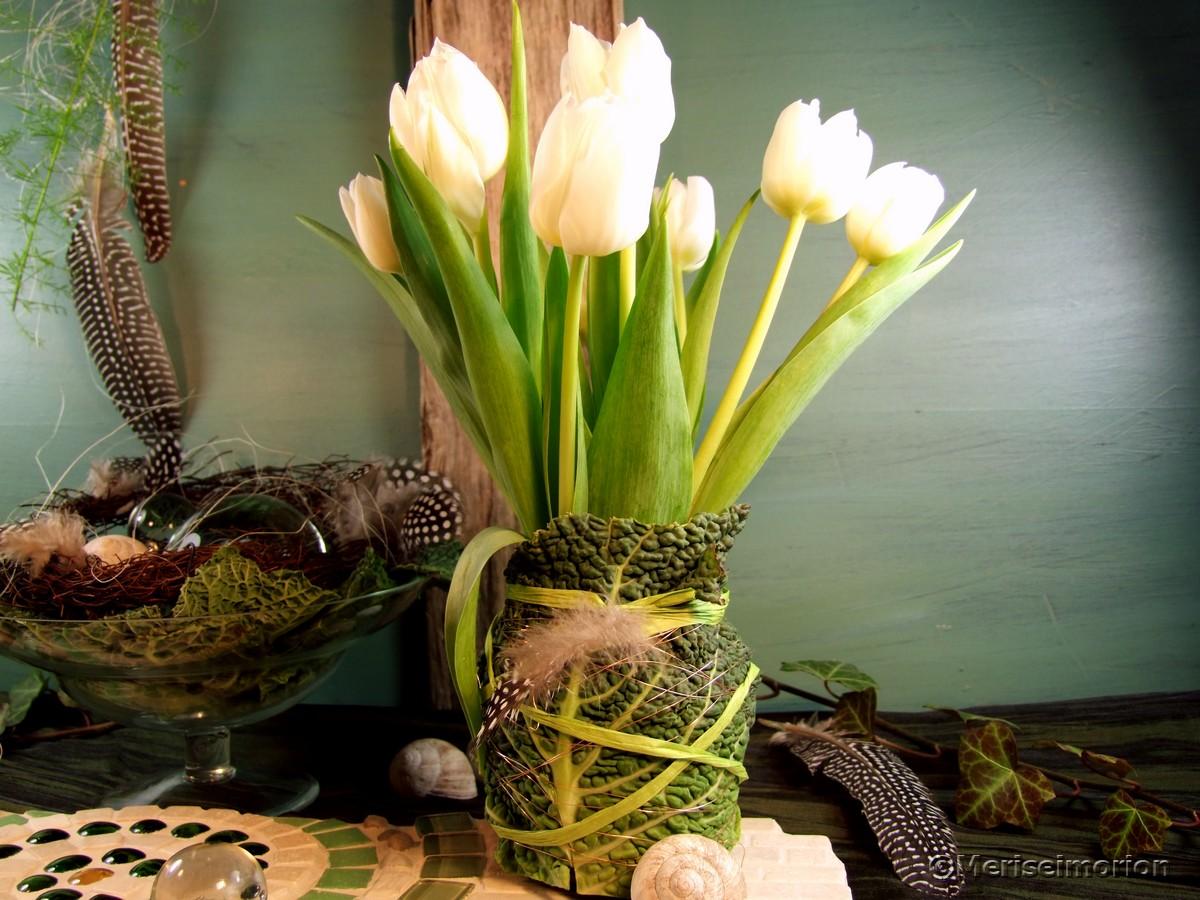 Vase mit Blättern verhüllen
