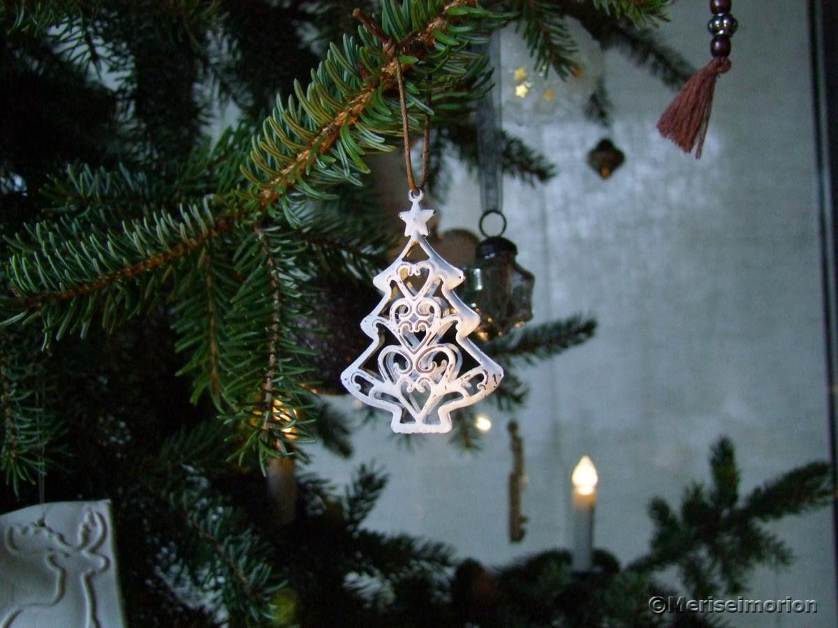 Weihnachtsbaumschmuck in weiß