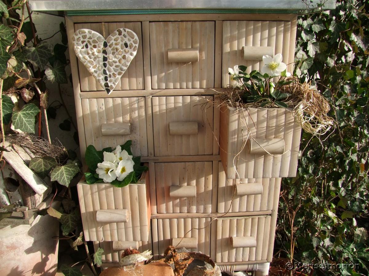 Schubladenschrank im Garten