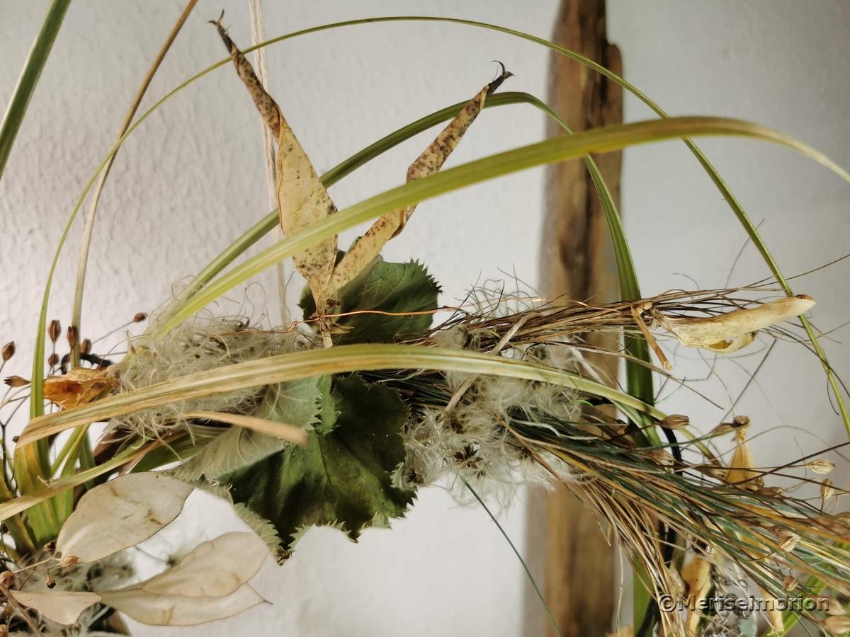 Trockenblumenkranz mit Gräsern